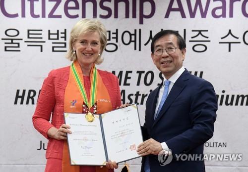 """6月12日,首尔市长朴元淳(右)向比利时公主阿斯特丽德颁发""""首尔荣誉市民""""证书。(韩联社)"""