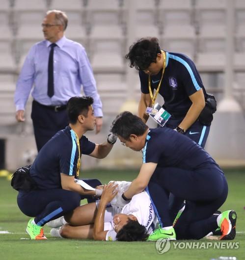 カタールとの試合中に倒れ、痛みを訴える孫興民=(聯合ニュース)