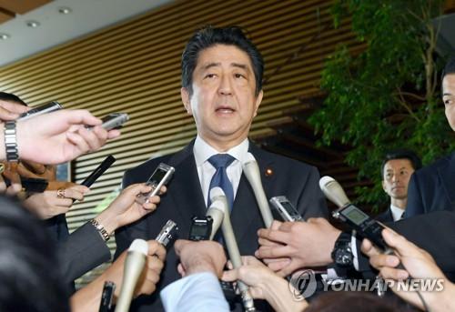 기자들의 질문에 답하는 아베 일본 총리