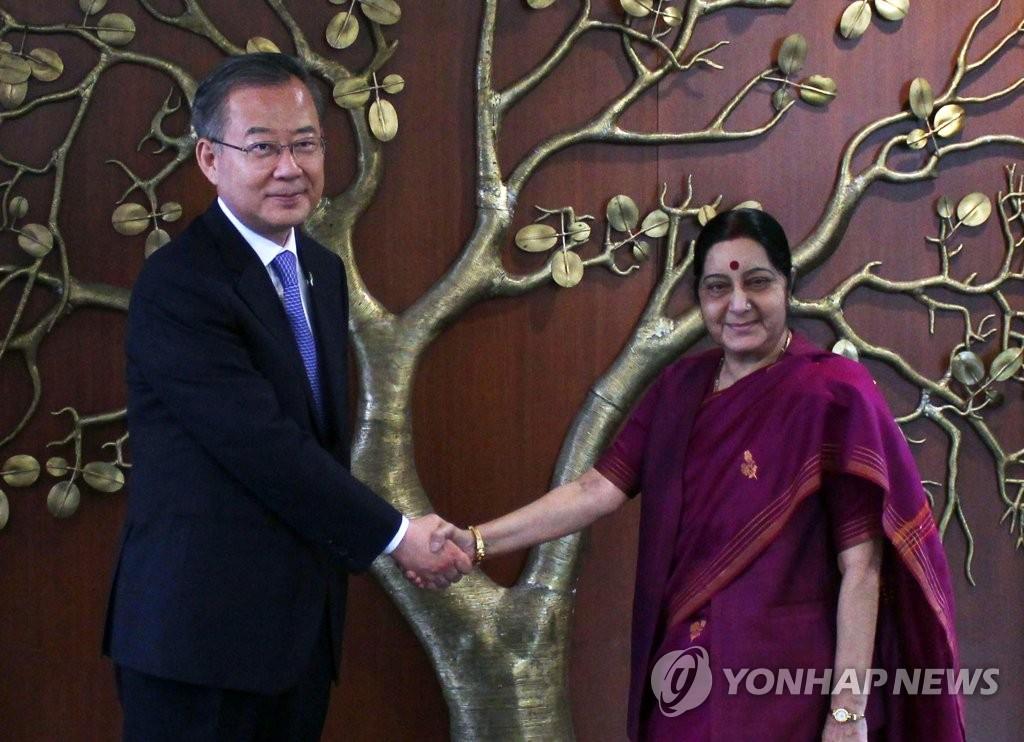 악수하는 정동채 특사와 스와라지 인도 외교장관