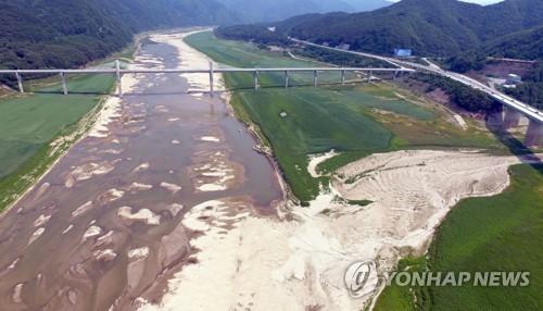 바닥 드러내는 소양강댐 상류 [연합뉴스 자료 사진]