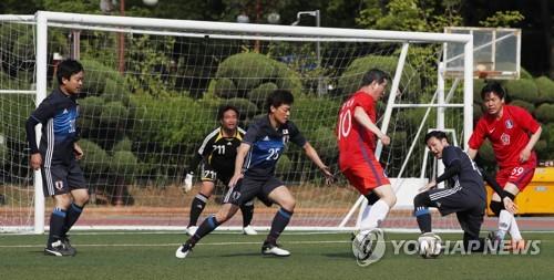 ゴール前でボールを奪い合う韓日議員=17日、ソウル(聯合ニュース)