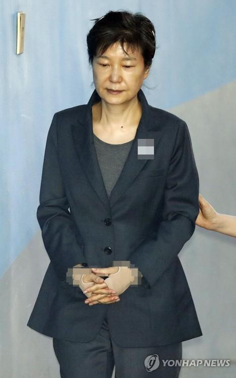법정 향하는 박근혜, 헝클어진 머리