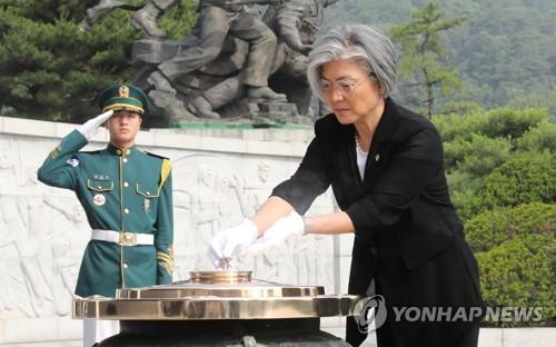 현충탑에 분향하는 강경화 외교 장관