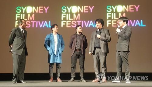 出演者らと共に登場し、観客からの質問に答えるポン・ジュノ監督(右から2人目)=18日、シドニー(聯合ニュース)