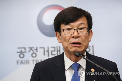 굳은 표정의 김상조 위원장