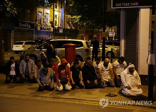기도하는 무슬림…런던 모스크 인근서 차량 돌진