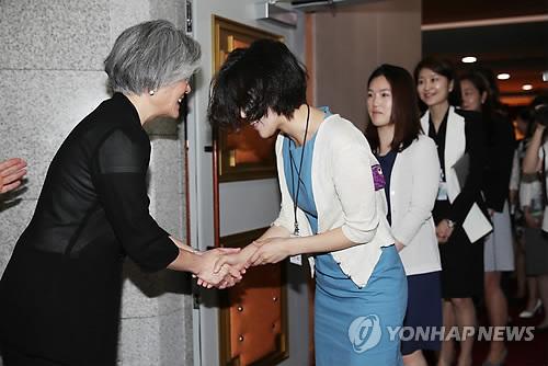 직원들과 인사나누는 강경화 외교부 장관