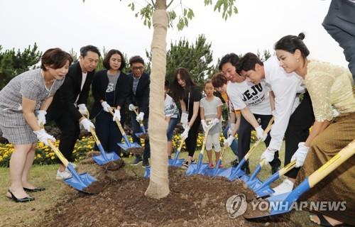 SM纪念植树活动