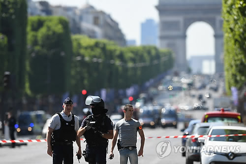 파리 샹젤리제 대로 통제하는 경찰