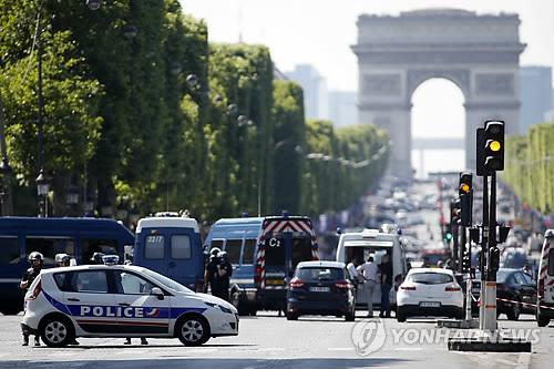 파리 샹젤리제 대로서 폭발물 싣고 경찰차에 돌진