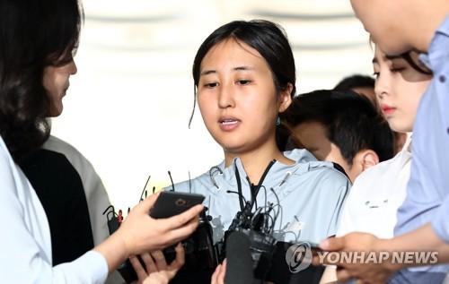 Chung Yoo-ra, fille de Choi Soon-sil, la confidente de longue date de l'ancienne présidente Park Geun-hye, au centre d'un scandale politique, répond à des questions de journalistes le mardi 20 juin 2017 à son arrivée à la Cour centrale du district de Séoul pour une audition en vue de décider de sa détention ou non, 17 jours après le rejet d'un premier mandat d'arrêt.