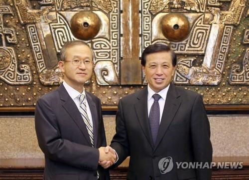 악수하는 임성남 차관과 장예쑤이 중국 상무부부장