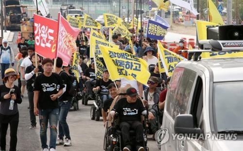 """""""생존권 보장하라""""…행진하는 장애인들"""