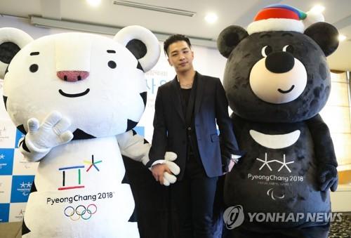 Le chanteur Taeyang, membre du boys band BIGBANG, pose avec les mascottes des Jeux olympiques d'hiver de PyeongChang 2018, Soohorang (tigre blanc) et Bandabi (ours noir), le mercredi 21 juin 2017 au Centre de presse, au cœur de Séoul, lors de la cérémonie de nomination en tant qu'ambassadeur de bonne volonté de cet événement sportif.