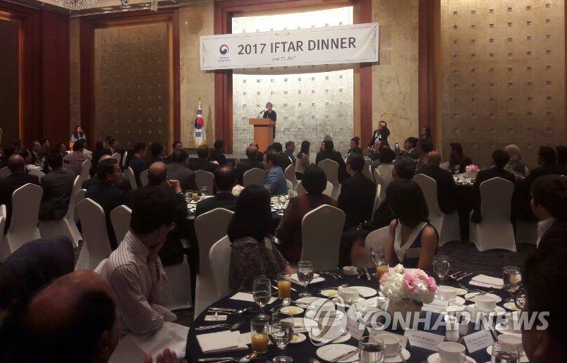 이슬람권 외교단 행사서 인사말하는 강경화