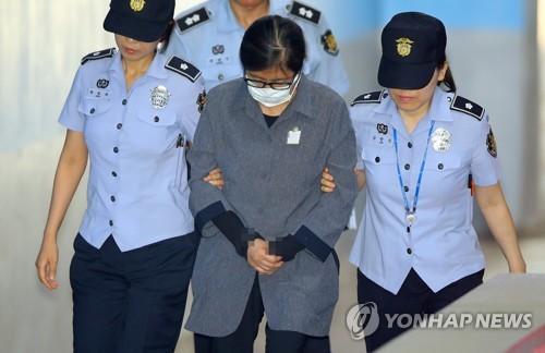Choi Soon-sil, amie proche de l'ancienne présidente Park Geun-hye, arrive à la Cour centrale du district de Séoul le vendredi 23 juin 2017, pour entendre le verdict de son procès.
