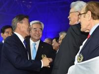 문 대통령, 북한 장웅 IOC 위원과 악수