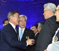 文在寅与朝鲜IOC委员张雄握手