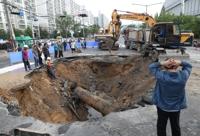폭삭 내려앉은 도로…울산 도로 한복판에 생긴 대형 싱크홀