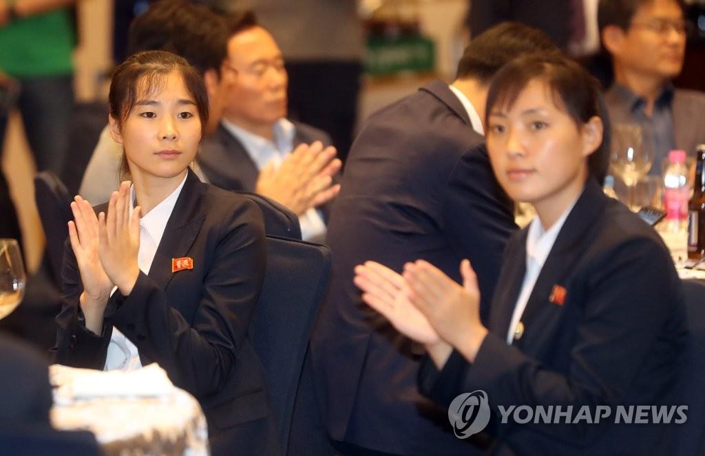 박수치는 북한 태권도 시범단