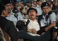 홍콩 우산혁명 주역 조슈아웡, 주권반환 상징물 점거·체포…