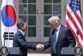 韩美总统握手坚定有力
