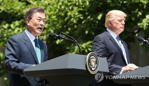 当地时间6月30日上午,在美国白宫,韩国总统文在寅(左)和美国总统特朗普在首脑会谈后联合召开记者会,介绍会谈成果。(韩联社)