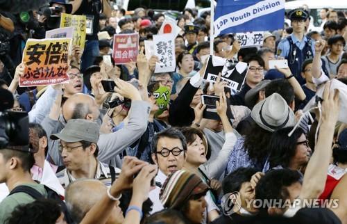 """日 선거유세 청중들, 아베 등장에 """"물러나라"""""""
