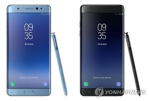 资料图片:三星电子智能手机Galaxy Note FE的珊瑚蓝(左)和玛瑙黑款(韩联社/三星电子提供)