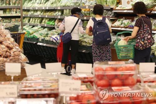 野菜と果物が値上がりしている。大型スーパーの野菜売り場の様子(資料写真)=(聯合ニュース)