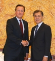 文在寅接见英前首相卡梅伦