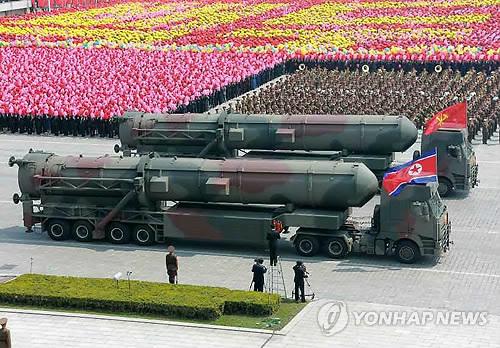 2017年4月15日に平壌で開かれた軍事パレード。ICBMと推定されるミサイルも登場した(資料写真)=(聯合ニュース)
