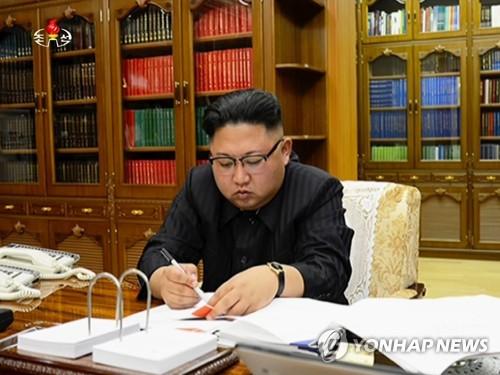 Le leader nord-coréen Kim Jong-un signe un document pour autoriser un tir d'essai de missile balistique intercontinental (ICBM) Hwasong-14, a rapporté le mardi 4 juillet 2017 la Télévision centrale nord-coréenne (KCTV). (Utilisation en Corée du Sud uniquement et redistribution interdite)
