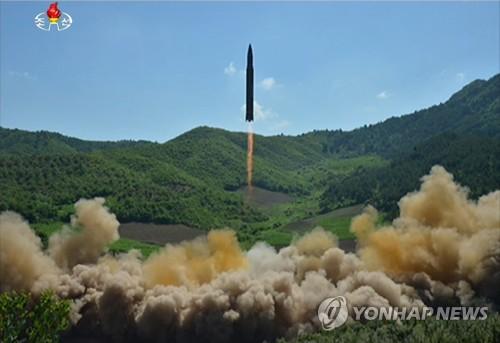 La Télévision centrale nord-coréenne (KCTV) a rapporté le mardi 4 juillet 2017 que la Corée du Nord a procédé avec succès à un lancement de missile balistique intercontinental (ICBM) Hwasong-14, plus tôt dans la journée. (Utilisation en Corée du Sud uniquement et redistribution interdite)