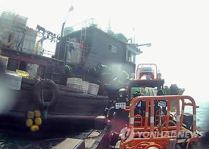 해경에 나포된 불법조업 중국어선 [연합뉴스 자료사진]