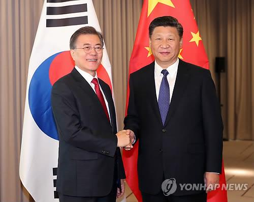 Le président Moon Jae-in et son homologue chinois Xi Jinping échangent une poignée de main le jeudi 6 juillet 2017 à l'hôtel InterContinental Berlin, avant leur sommet bilatéral.