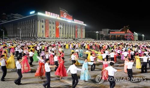 Des étudiants nord-coréens dansent sur la place Kim Il-sung à Pyongyang le jeudi 6 juillet 2017 durant une fête marquant le succès du tir d'essai de missile balistique intercontinental (ICBM), Hwasong-14. (Utilisation en Corée du Sud uniquement et redistribution interdite)