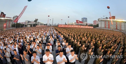 화성-14형 시험발사 자축하는 북한 주민들