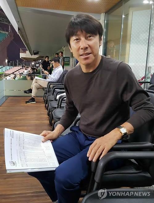 전북-울산 경기 관전하는 신태용 감독