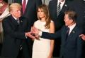 文在寅与特朗普亲切握手