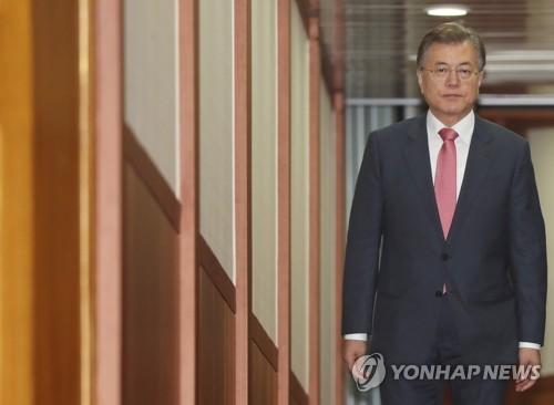 海外訪問を終えて帰国した文大統領=10日、京畿道・城南(聯合ニュース)