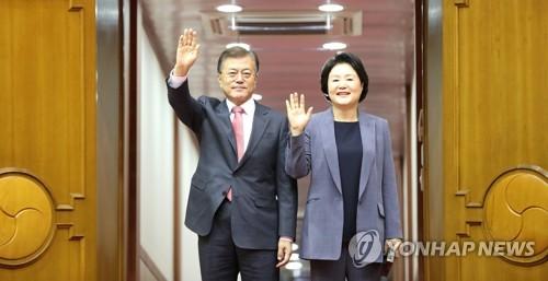 ソウル空港に到着した文大統領(左)と夫人=10日、城南(聯合ニュース)