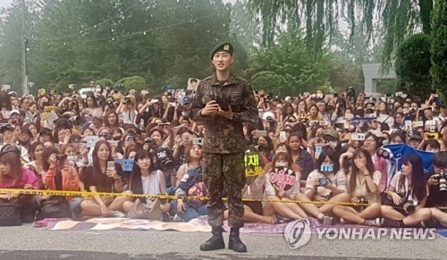 除隊後、ファンの前であいさつするウニョクさん(Label SJ提供)=12日、ソウル(聯合ニュース)