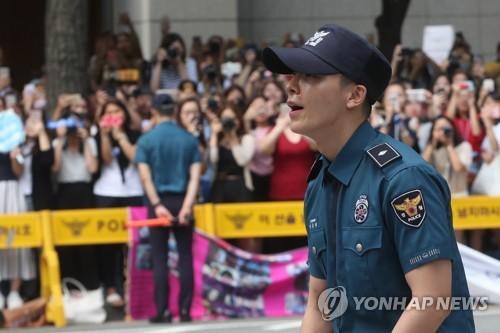 大勢のファンに出迎えられ驚くドンヘさん=14日、ソウル(聯合ニュース)