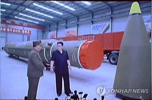 북한 ICBM '화성-14' 조립 현장 찾은 김정은 [연합뉴스 자료사진]