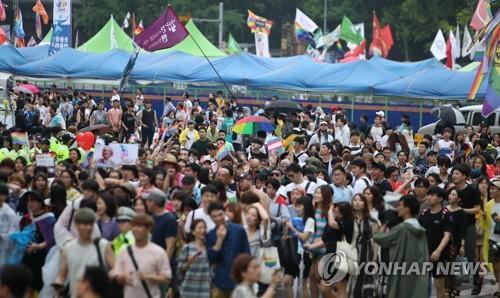 지난해 거리행진 펼치는 퀴어문화축제 참가자들