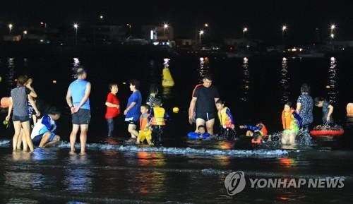야간개장한 제주 삼양해수욕장[연합뉴스 자료사진]