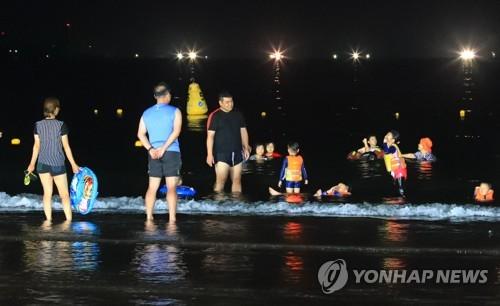 야간에도 즐기는 제주 삼양해수욕장[연합뉴스 자료사진]