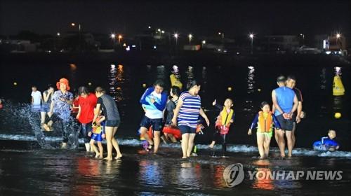 야간 개장한 이호테우 해수욕장[연합뉴스=자료사진]